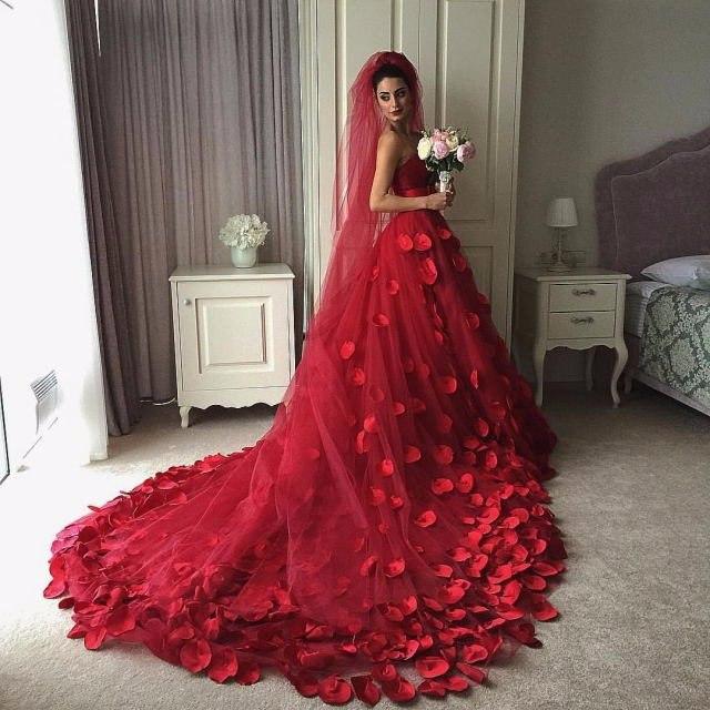 Роскошная невеста в красном свадебном платье
