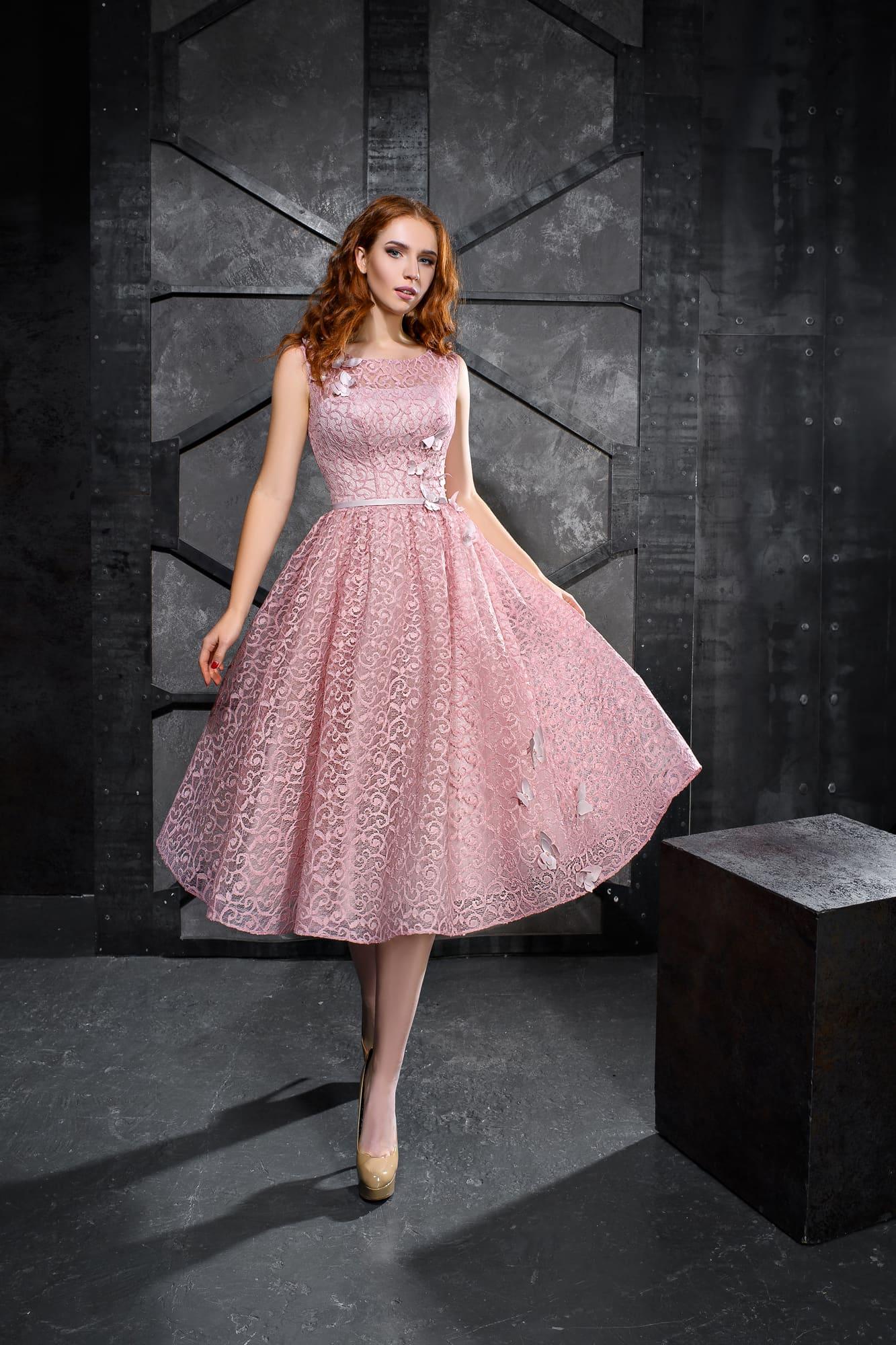Розовое кружевное платье