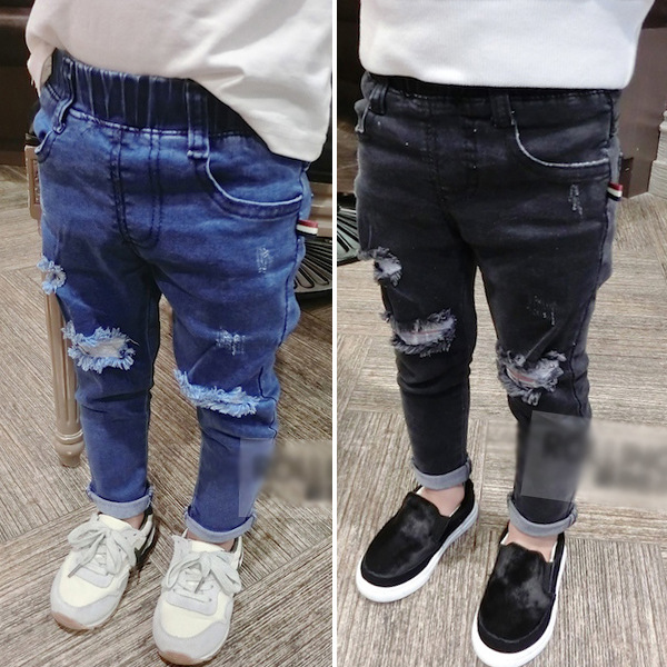 Рваные черные и синие джинсы