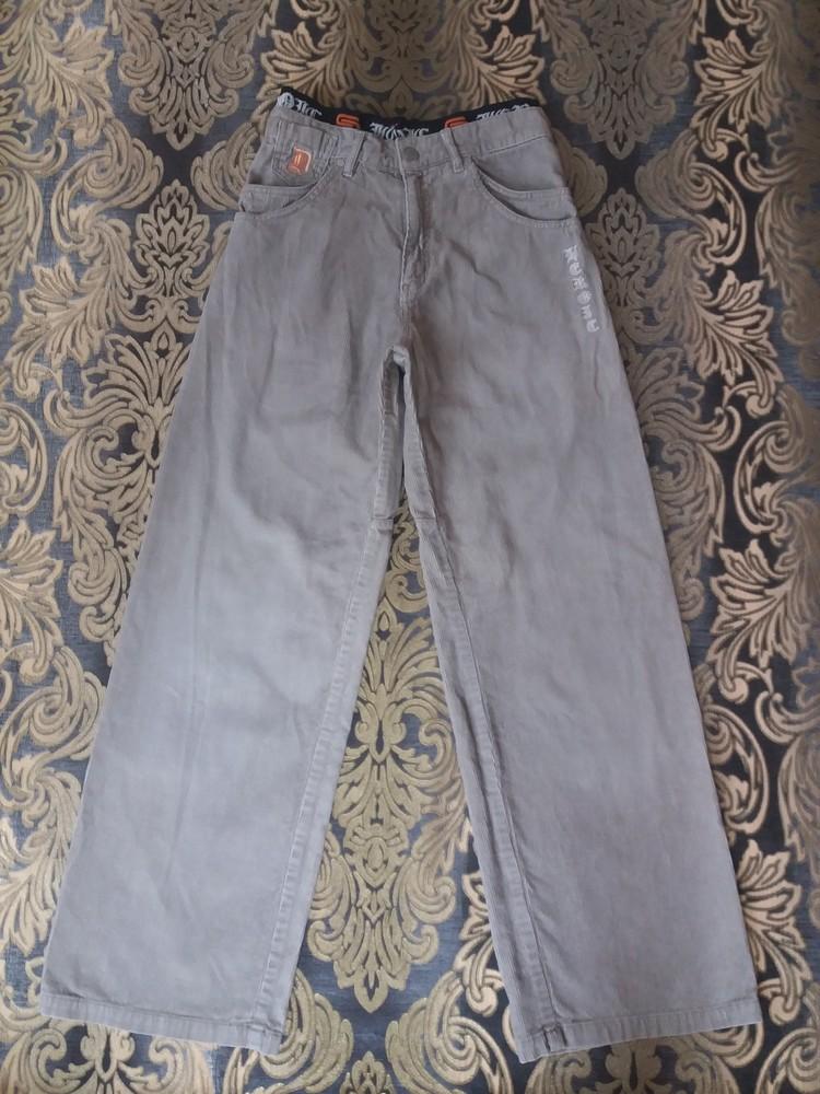 Серые джинсы для модного молодого человека