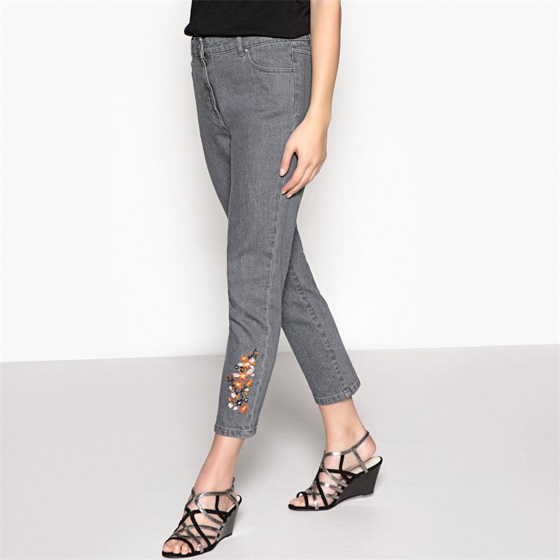 Серые джинсы с вышивкой