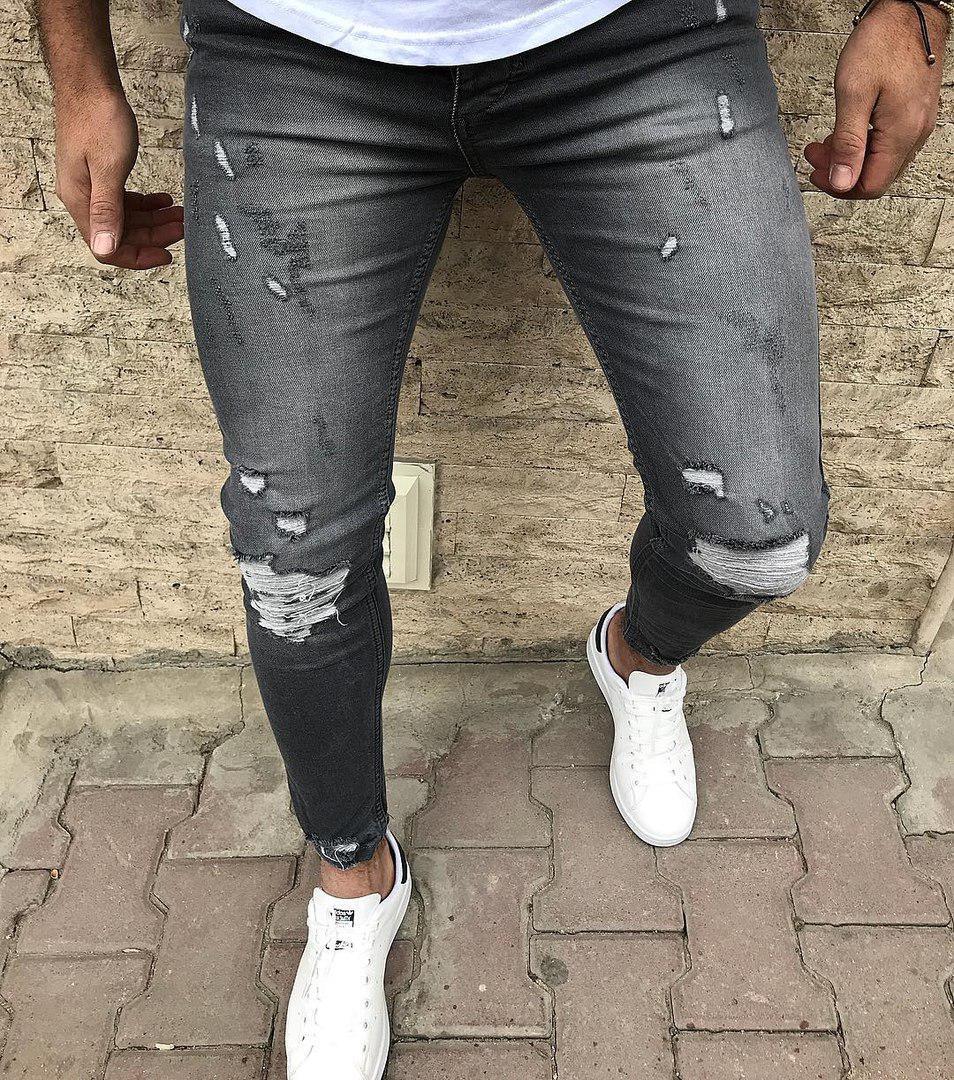 Серые удобные джинсы рваные