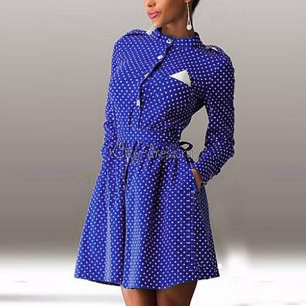 Синее короткое платье в горошек с длинным рукавом