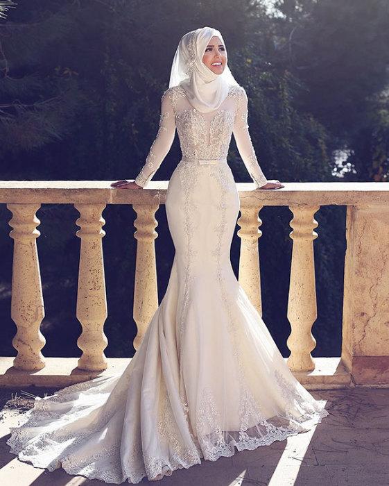 Спускающийся до пола и стелящийся по его поверхности шлейф белого платья