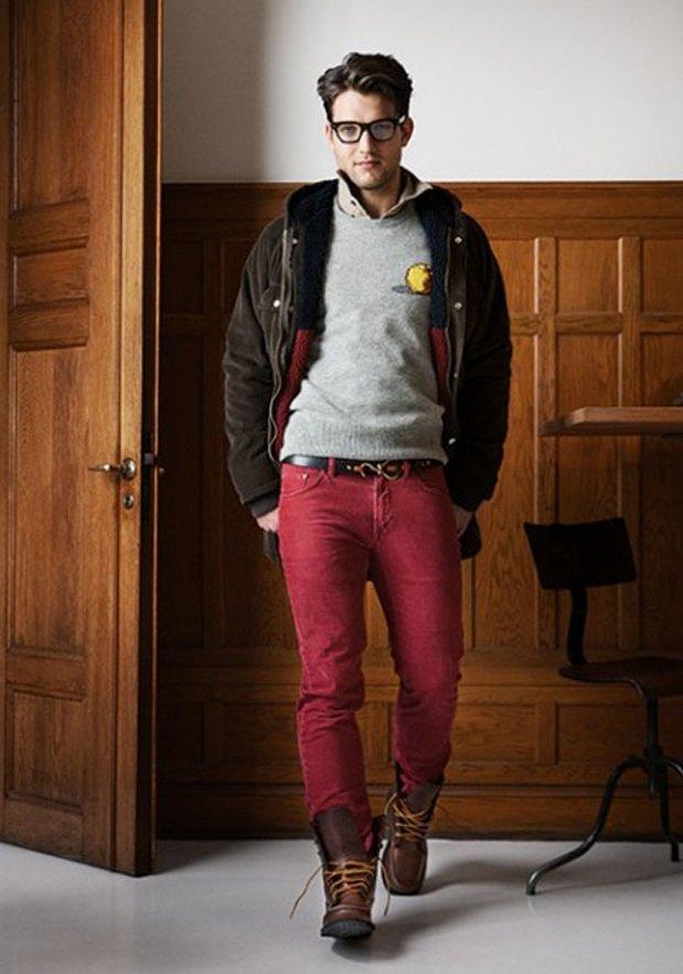 Стильный парень в красных джинсах