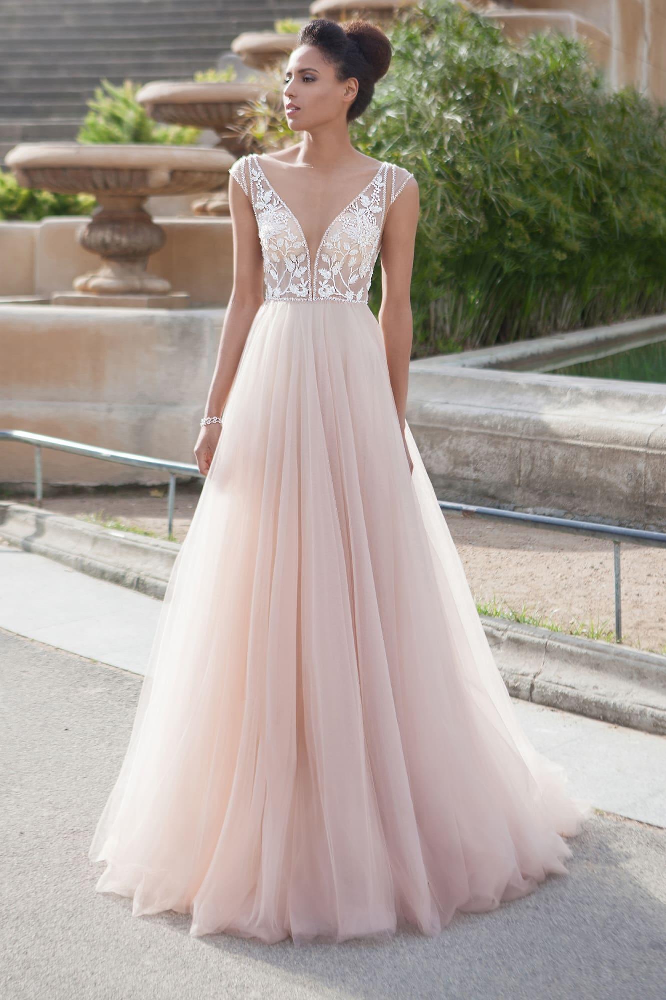 Свадебное платье прямого кроя с нежным полупрозрачным лифом
