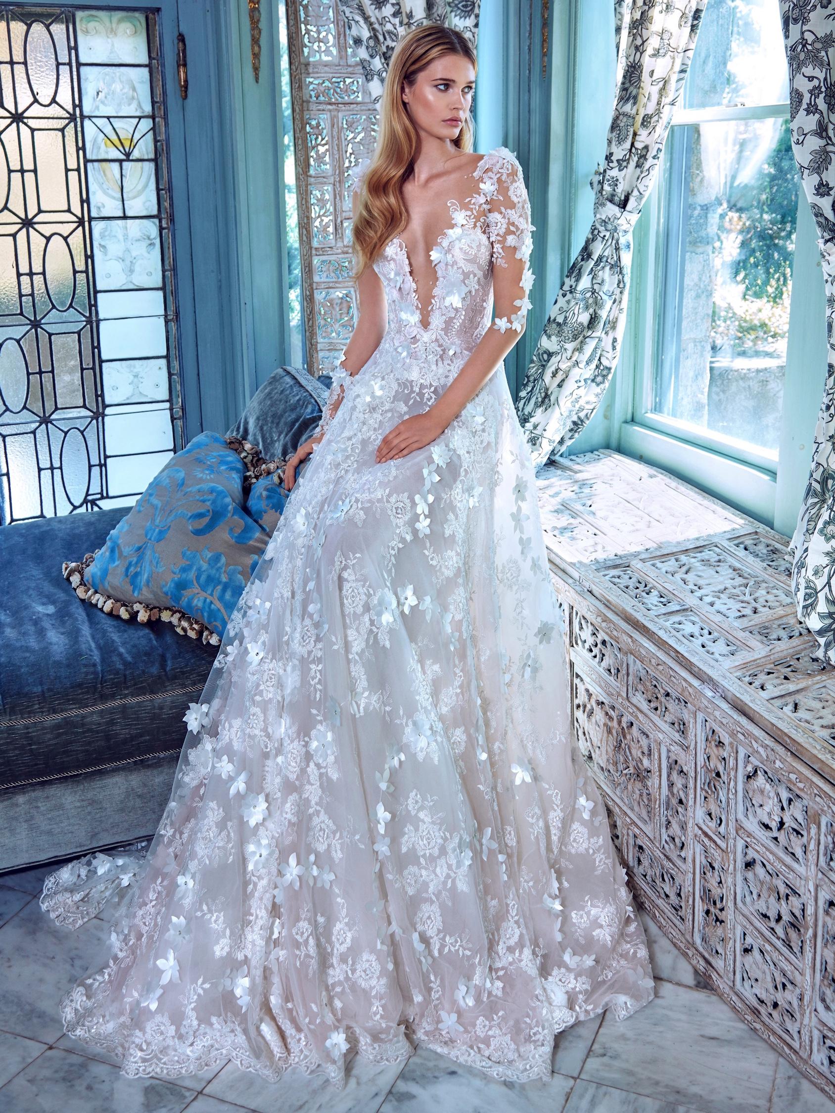 Свадебное платье со шлейфом расшитое объемным кружевом
