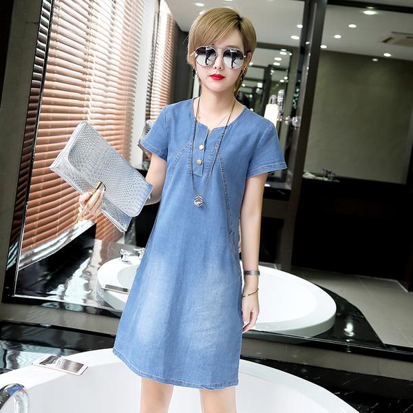 Светлое тонкое платье голубого цвета