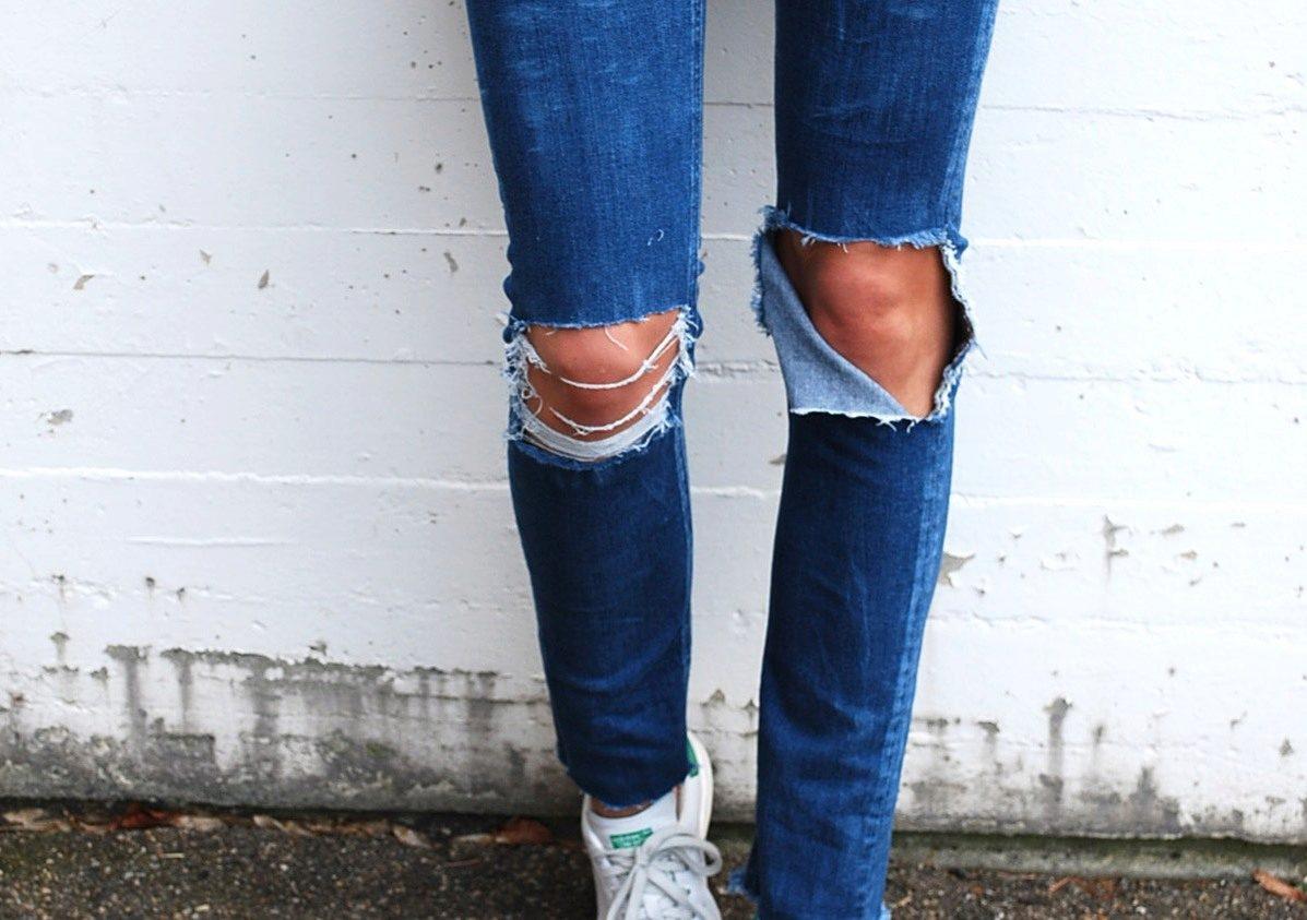 Такая дырка на джинсах смотрится одинаково стильно