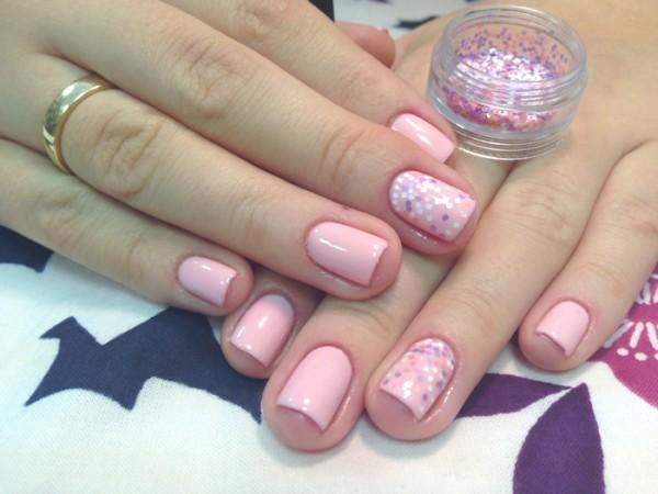 Тепло розовый цвет ногтей