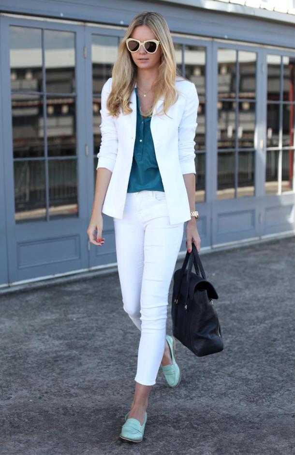 Туфли лоферы с белыми брюками