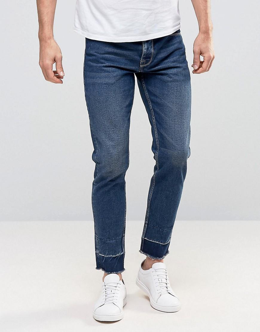 Укороченные узкие джинсы с необработанными краями