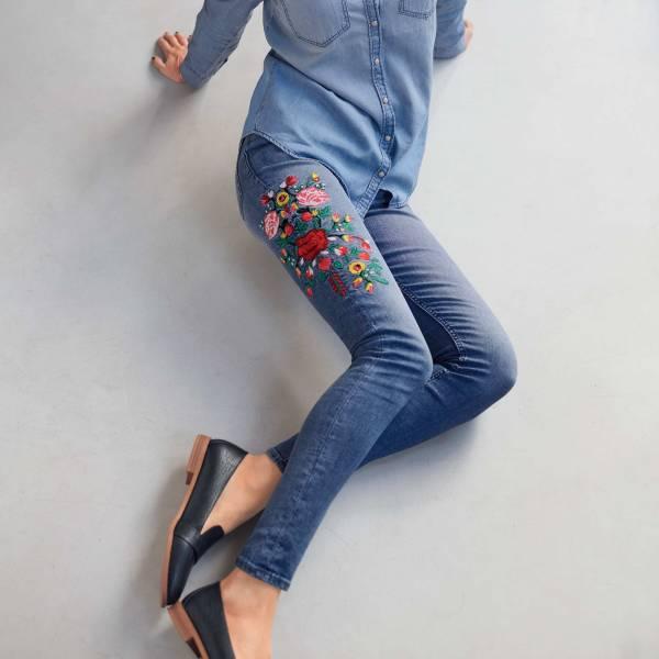 Узкие джинсы с вышивкой и высокой посадкой