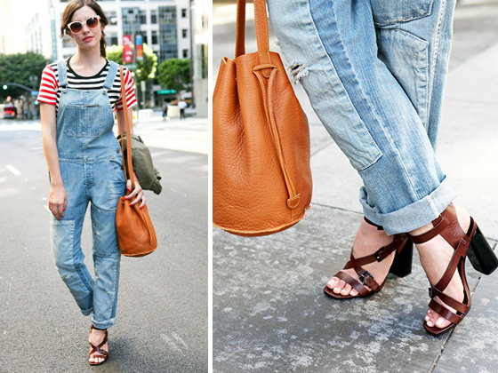 В прохладное время сочетай джинсовый комбинезон с удобным жакетом в стиле милитари