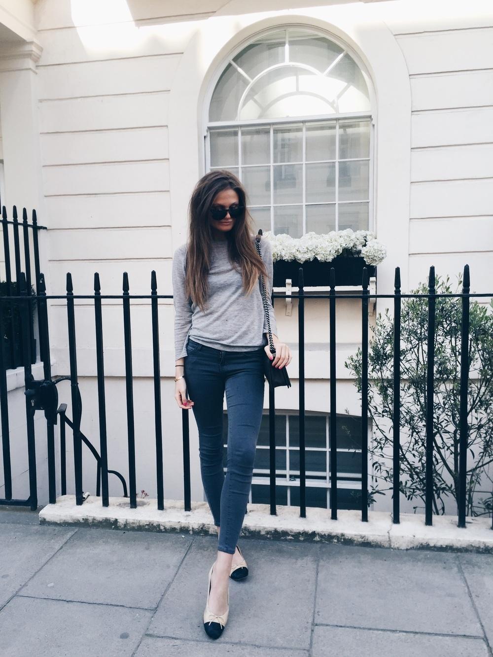 В зимнюю пору джинсы будут хорошо смотреться с пуховиком или шубкой