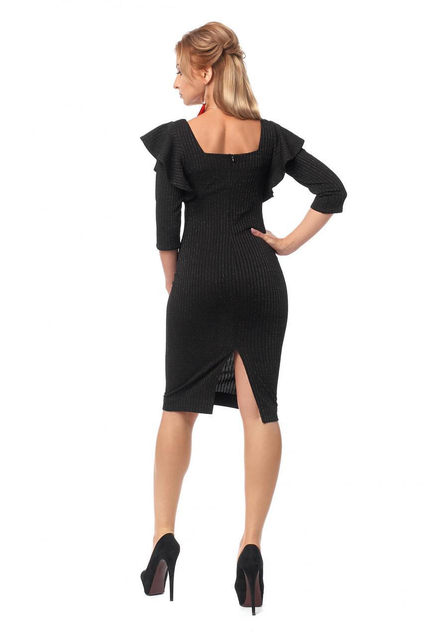 Вечернее черное платье-футляр с рюшами
