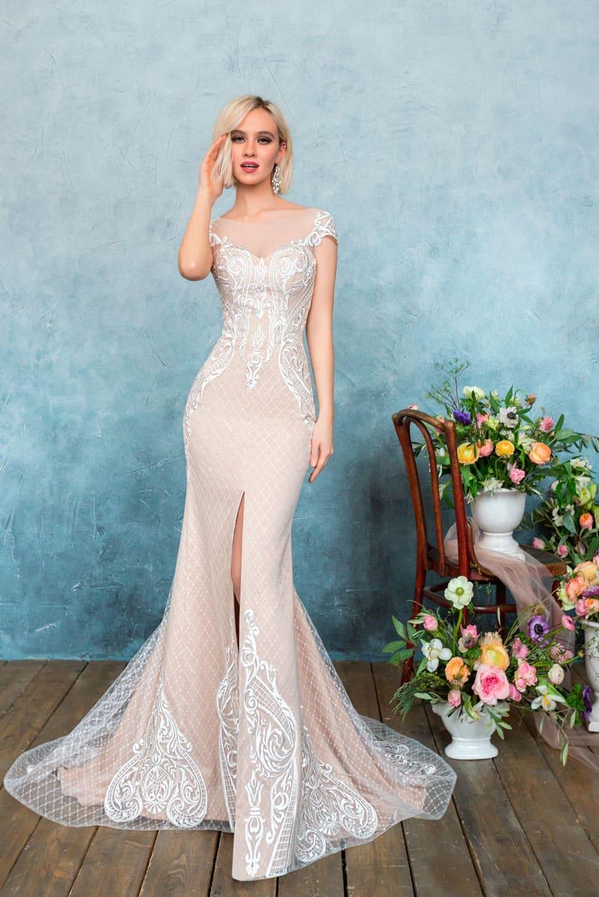 Великолепное свадебное платье пудрового цвета с облегающим кроем и разрезом на юбке