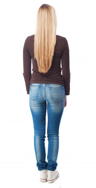 Вид сзади блондинка подросток в джинсах