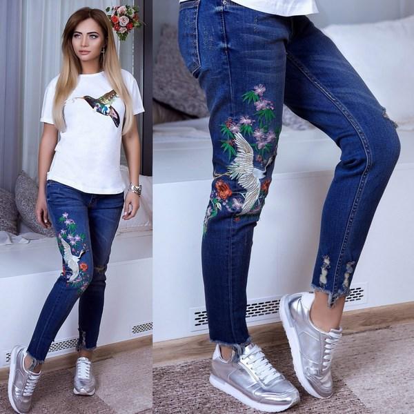Вышивка на джинсах яркого оттенка