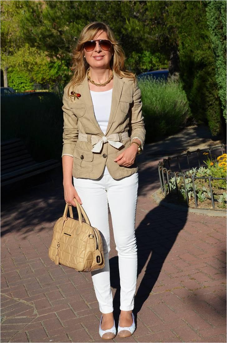 Женщины среднего возраста могут носить однотонные джинсы