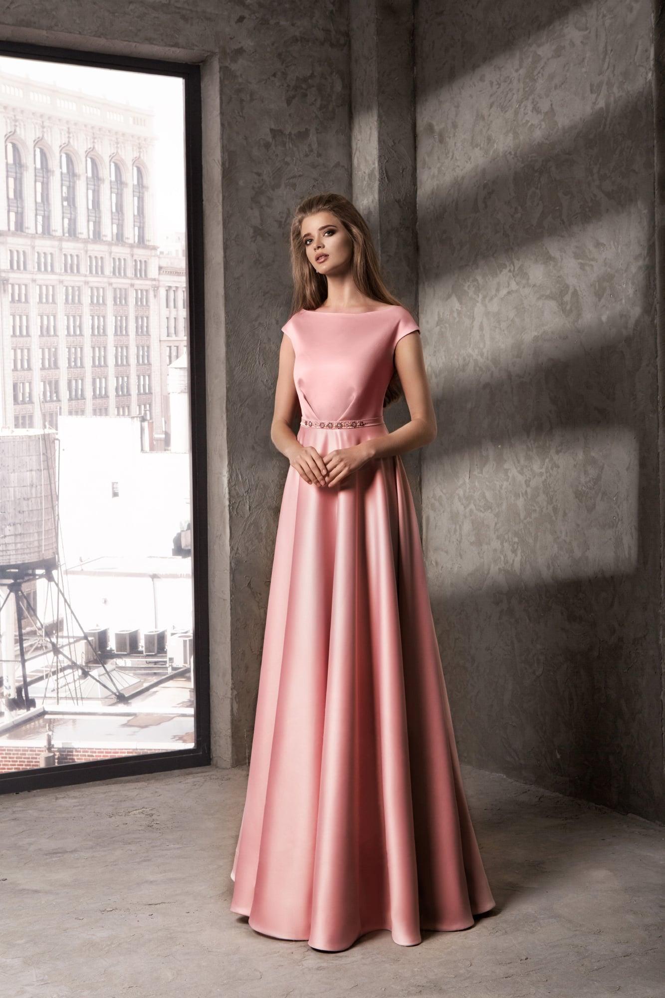 Закрытое вечернее платье прямого кроя из глянцевого розового атласа
