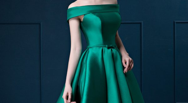 Зеленое платье с пышной юбкой и с открытыми плечами