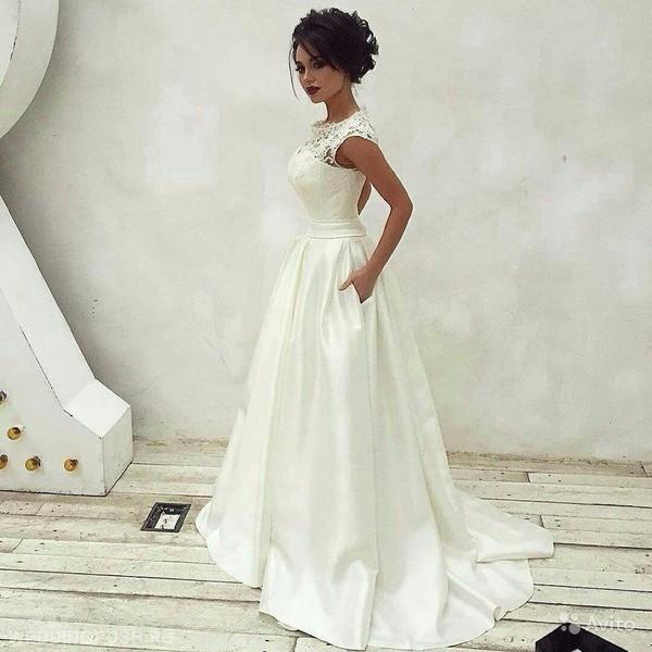 Белый цвет платья на бретельках