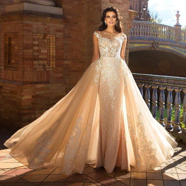 Бежевое пышное свадебное платье с узорами