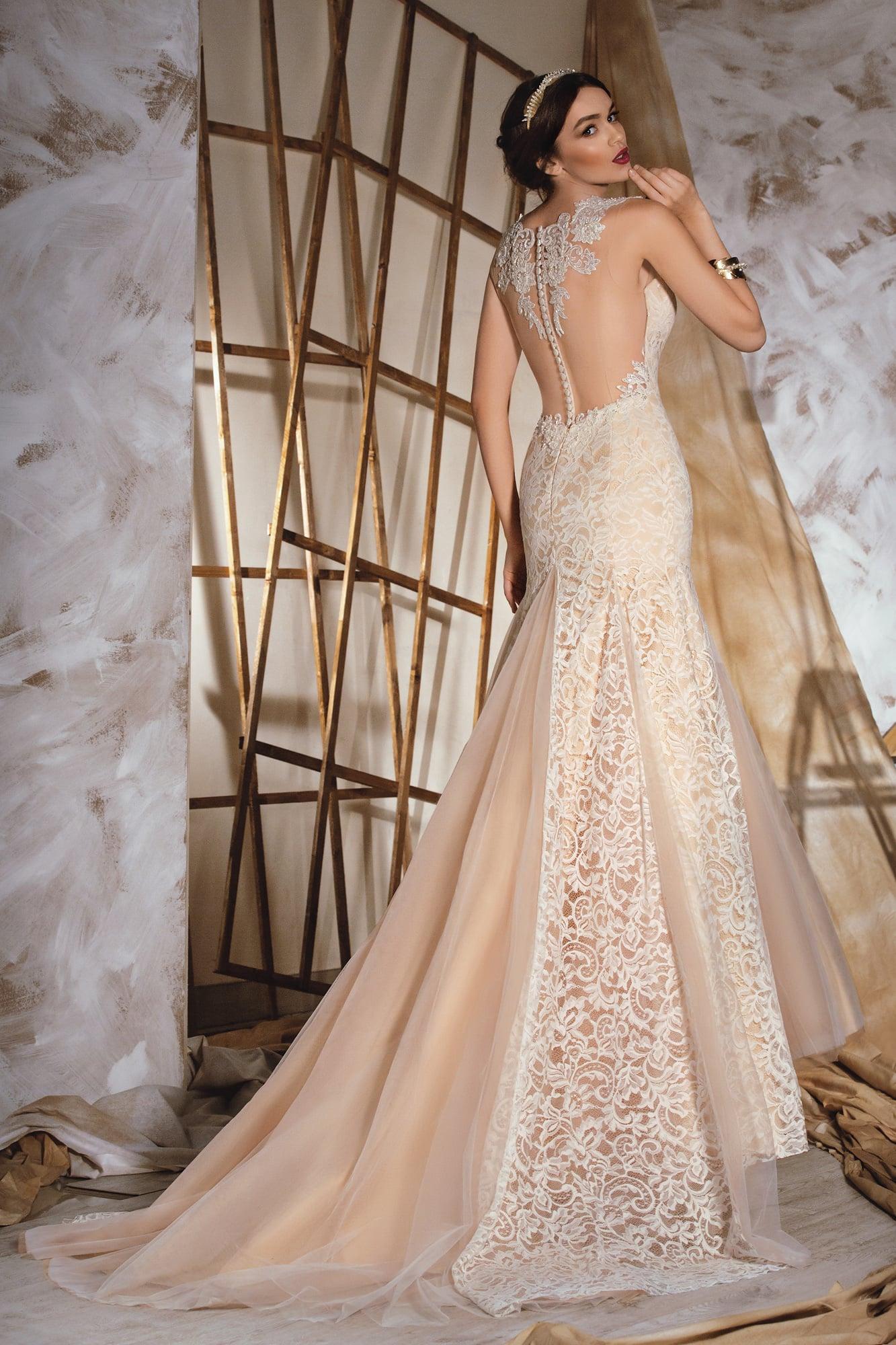 Бежевое свадебное платье с кружевом
