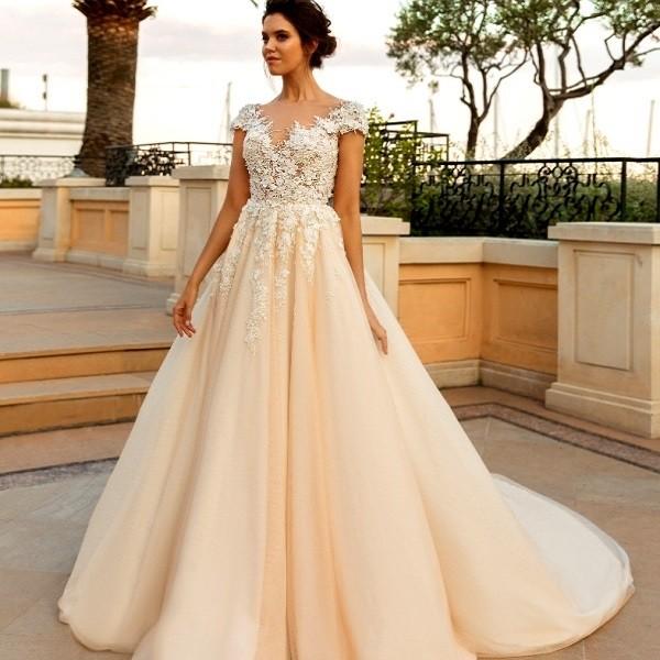 Девушка в свадебном платье цвета айвори