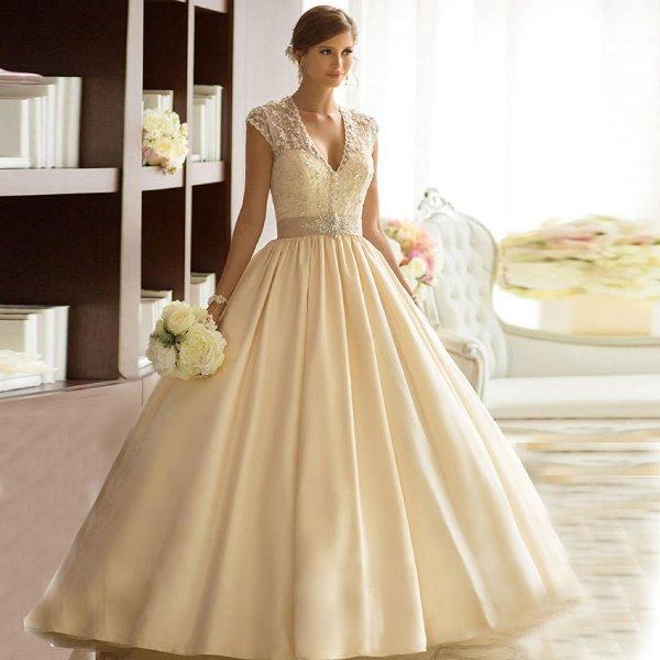 Фото невесты в пышном свадебном платье бежевого цвета