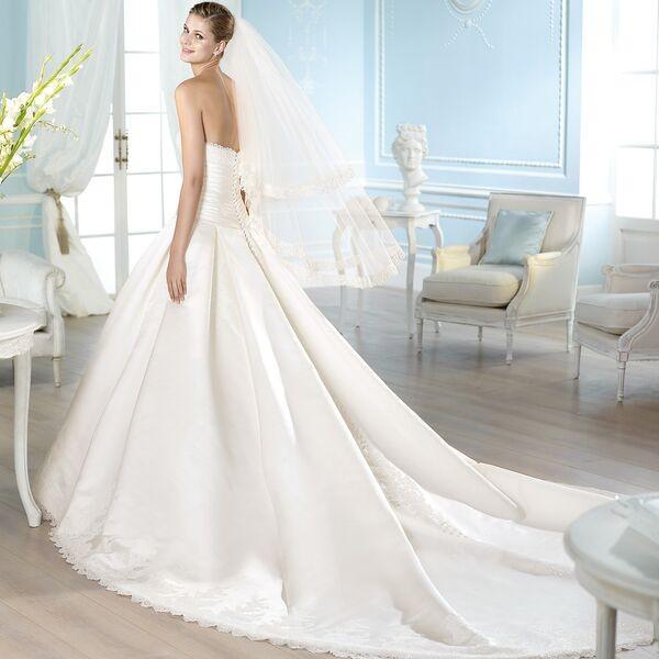 Фото свадебного атласного платья со шлейфом