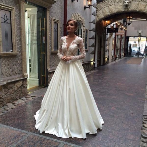 Гармонично смотрится свадебное платье с атласной юбкой