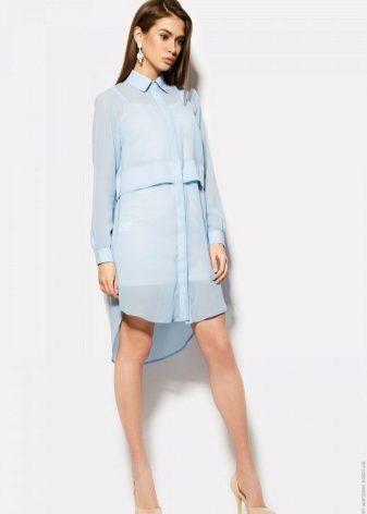 Голубое платье-рубашка выглядит освежающе и современно