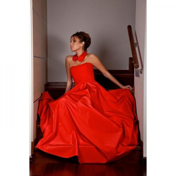 Красивое красное платье из тафты