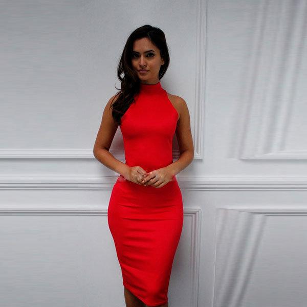 Красное платье-футляр ниже колен с воротом под горло