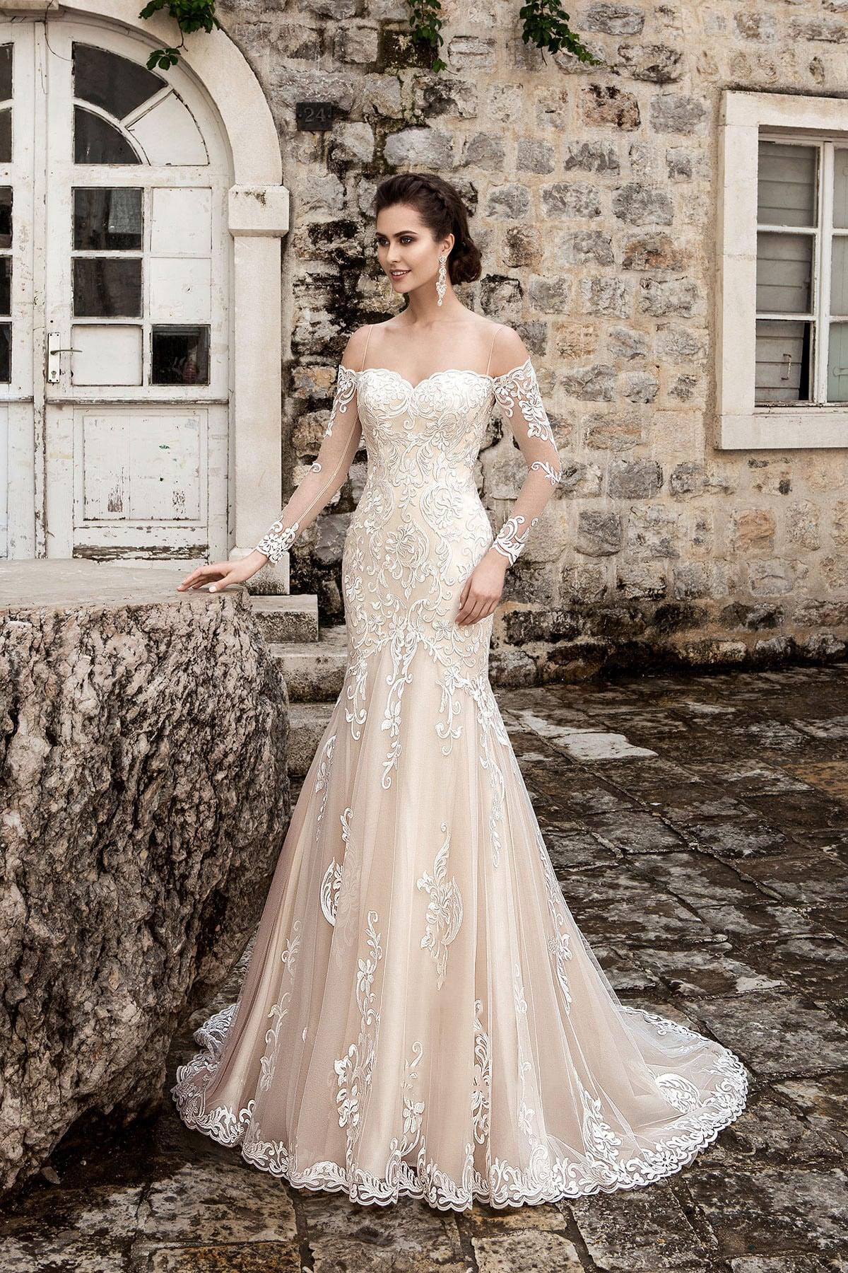 Кремовое свадебное платье с портретным декольте и длинными кружевными рукавами