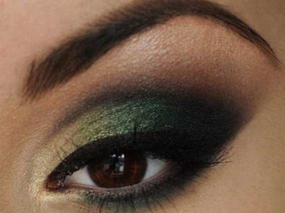 Макияж для карих глаз под зеленое платье