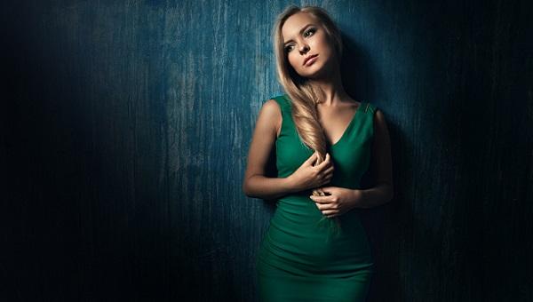 Макияж для светлых волос под зеленое платье