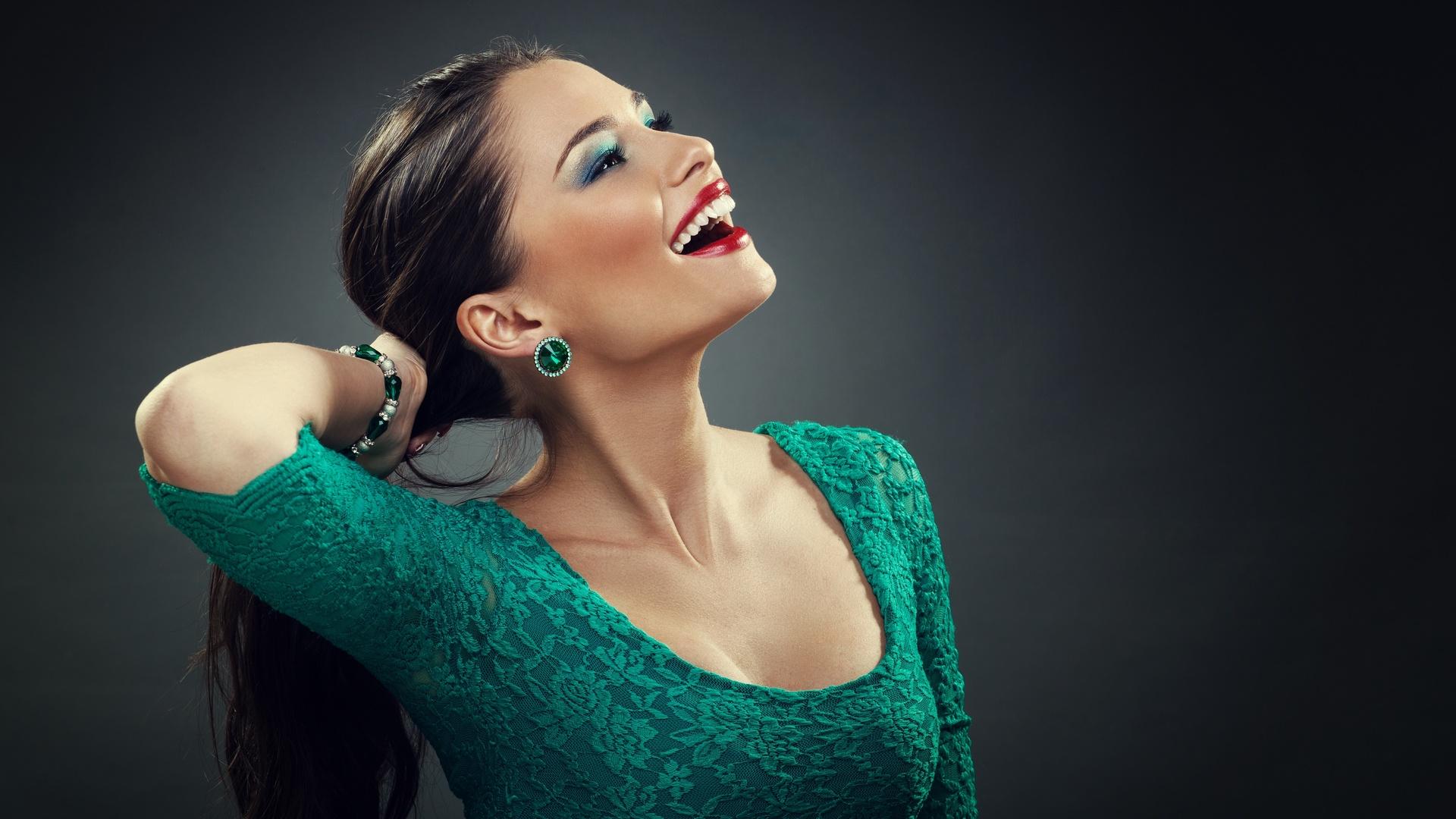 Макияж под зеленое платье или блузку должен быть особенным