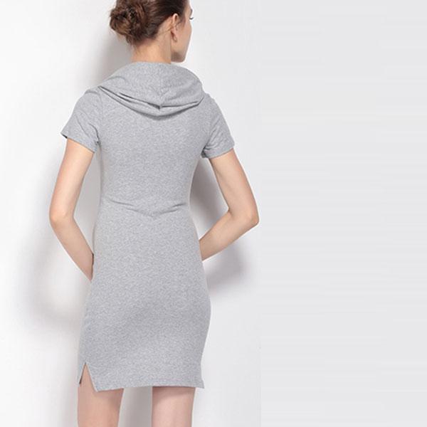 Непринужденное серое платье-футболка с капюшоном и небольшими боковыми разрезами