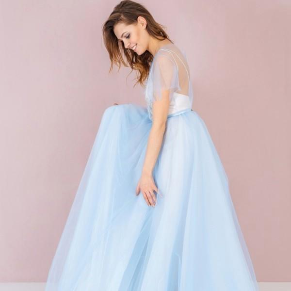 Невеста надевает голубое свадебное платье