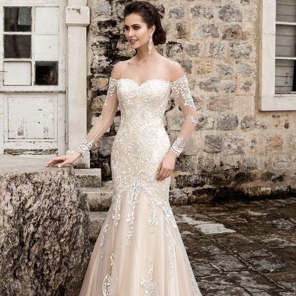 Невеста в кремовом свадебном платье рыбка