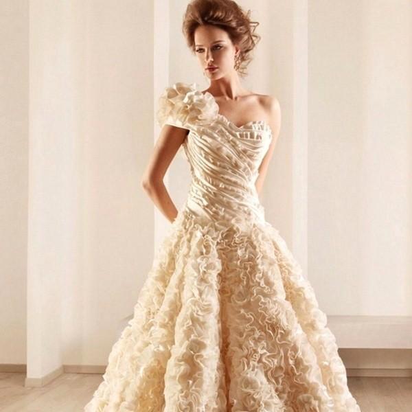 Нежное свадебное платье в цвете айвори
