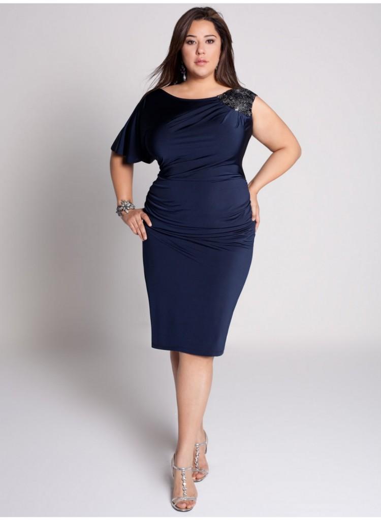 Облегающее темно-синее платье с рукавом