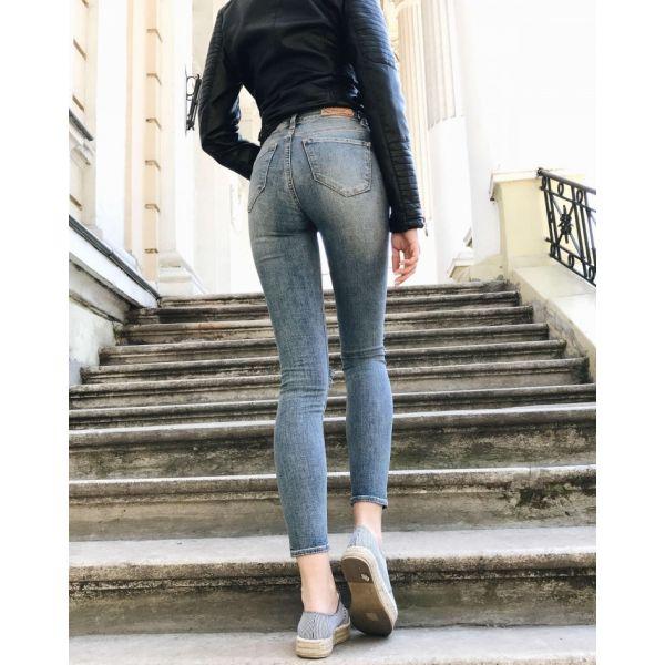 Облегающие джинсы для девушки
