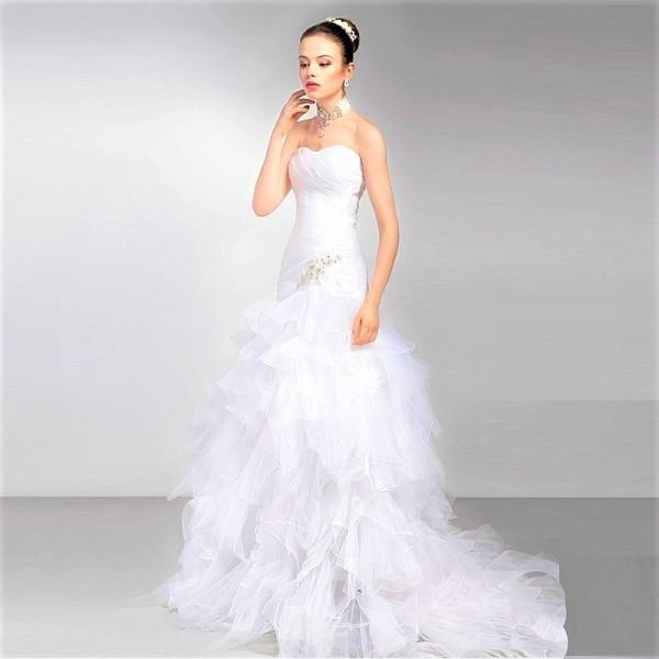 Очаровательное свадебное платье со шлейфом