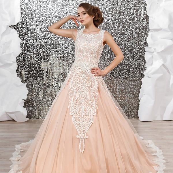 Персиковое свадебное платье А-силуэта