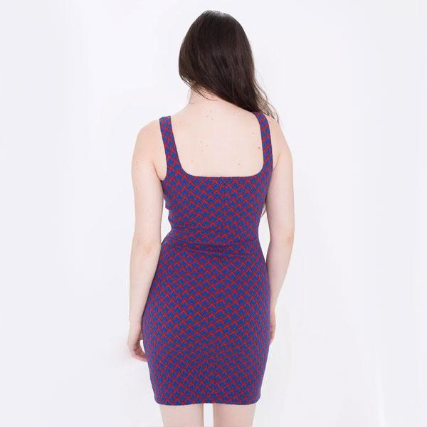 Пестрое фиолетовое обтягивающее платье-сарафан
