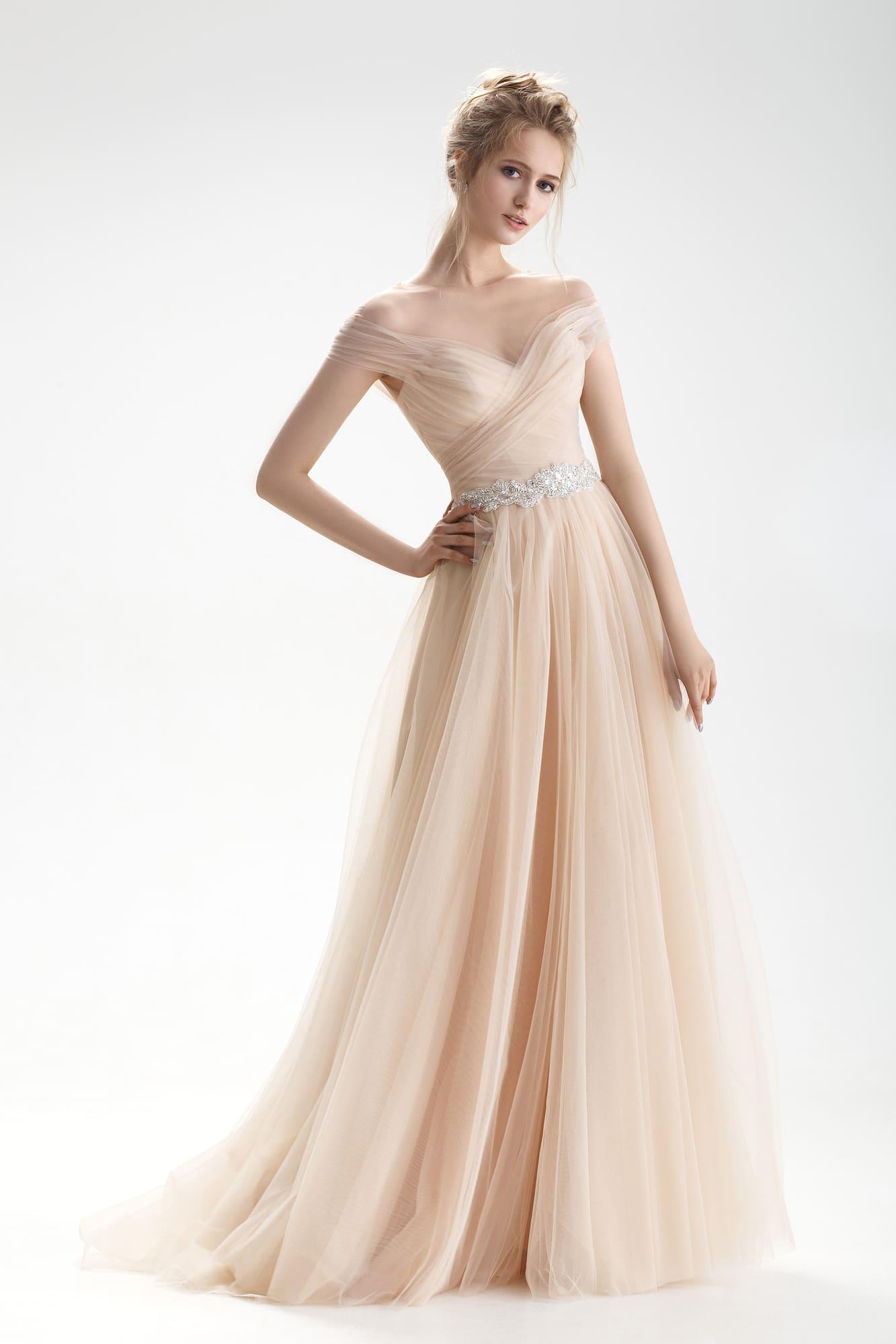 Приятный оттенок бежевого платья